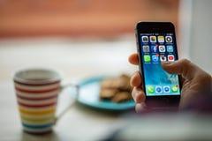 ΠΡΑΓΑ, ΔΗΜΟΚΡΑΤΊΑ ΤΗΣ ΤΣΕΧΊΑΣ - 17 ΝΟΕΜΒΡΊΟΥ 2015: Μια φωτογραφία κινηματογραφήσεων σε πρώτο πλάνο της οθόνης έναρξης iPhone της  Στοκ Φωτογραφίες