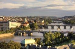 ΠΡΑΓΑ, ΔΗΜΟΚΡΑΤΊΑ ΤΗΣ ΤΣΕΧΊΑΣ - 5 ΣΕΠΤΕΜΒΡΊΟΥ 2015: Φωτογραφία της άποψης του ποταμού και των γεφυρών Vltava στο ηλιοβασίλεμα Στοκ Εικόνες