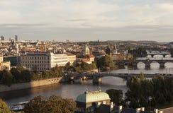 ΠΡΑΓΑ, ΔΗΜΟΚΡΑΤΊΑ ΤΗΣ ΤΣΕΧΊΑΣ - 5 ΣΕΠΤΕΜΒΡΊΟΥ 2015: Φωτογραφία της άποψης του ποταμού και των γεφυρών Vltava στο ηλιοβασίλεμα Στοκ Φωτογραφίες