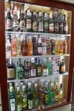 ΠΡΑΓΑ - ΔΗΜΟΚΡΑΤΊΑ ΤΗΣ ΤΣΕΧΊΑΣ, ΣΤΙΣ 13 ΑΥΓΟΎΣΤΟΥ: Προθήκη με τα μπουκάλια οινοπνεύματος και μπυρών, στις 13 Αυγούστου 2018 στοκ φωτογραφία με δικαίωμα ελεύθερης χρήσης
