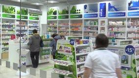 ΠΡΑΓΑ, ΔΗΜΟΚΡΑΤΊΑ ΤΗΣ ΤΣΕΧΊΑΣ, ΣΤΙΣ 27 ΝΟΕΜΒΡΊΟΥ 2017: Αυθεντική λειτουργία του εσωτερικού, των πελατών και των φαρμακευτικών ειδ φιλμ μικρού μήκους