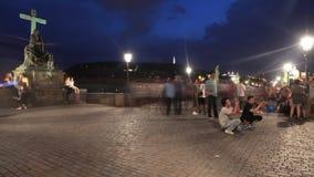 ΠΡΑΓΑ - 6 ΙΟΥΝΊΟΥ: Ο πυροβολισμός χρονικού σφάλματος των ανθρώπων περπατά τη νύχτα στη γέφυρα του Charles στις 6 Ιουνίου 2017 στη φιλμ μικρού μήκους