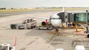 ΠΡΑΓΑ - 16 ΙΟΥΝΊΟΥ: Προετοιμασία αεροσκαφών για την πτήση στις 16 Ιουνίου 2017 στην Πράγα απόθεμα βίντεο