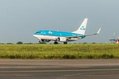 ΠΡΑΓΑ, CZE - 12 ΜΑΐΟΥ: Το αεροπλάνο του Boeing 737-7K2 KLM αναχωρεί από τον αερολιμένα Vaclava Havla στην Πράγα, στις 12 Μαΐου 20 Στοκ Φωτογραφίες