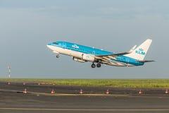 ΠΡΑΓΑ, CZE - 12 ΜΑΐΟΥ: Το αεροπλάνο του Boeing 737-7K2 KLM αναχωρεί από τον αερολιμένα Vaclava Havla στην Πράγα, στις 12 Μαΐου 20 Στοκ φωτογραφία με δικαίωμα ελεύθερης χρήσης