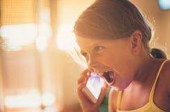 Πραγματικά; Μικρό κορίτσι που μιλά στο έξυπνο τηλέφωνο στοκ φωτογραφίες