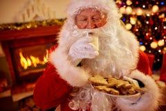 Πραγματικά παραδοσιακά εξυπηρετούμενα τρόφιμα Χριστουγέννων Άγιου Βασίλη Στοκ Εικόνες