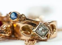 Πραγματικά χρυσά δαχτυλίδια με τον μπλε πολύτιμο λίθο στοκ εικόνες