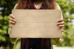 Πραγματική γυναίκα με το χαρτόνι στοκ εικόνες με δικαίωμα ελεύθερης χρήσης