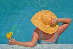 Πραγματική θηλυκή χαλάρωση ομορφιάς στην πισίνα Στοκ Φωτογραφίες