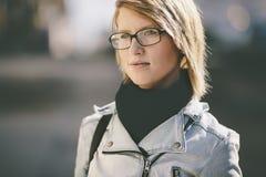 Πραγματική νέα γυναίκα με τα γυαλιά που πηγαίνουν στην οδό Στοκ φωτογραφίες με δικαίωμα ελεύθερης χρήσης