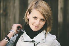 Πραγματική νέα γυναίκα με τα γυαλιά Στοκ εικόνα με δικαίωμα ελεύθερης χρήσης