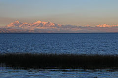 Πραγματική σειρά βουνών οροσειρών στο ηλιοβασίλεμα πίσω από τη λίμνη Titicaca Στοκ φωτογραφίες με δικαίωμα ελεύθερης χρήσης