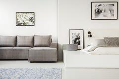 Πραγματική φωτογραφία ενός απλού, ανοιχτού χώρου οριζόντια εσωτερικού με τον ύπνο α στοκ φωτογραφία με δικαίωμα ελεύθερης χρήσης