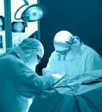 Πραγματική χειρουργική επέμβαση εγκεφάλου, μπλε τονισμός στοκ εικόνες