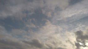 Πραγματικός - ο χρονικοί δραματικοί ουρανός και τα σύννεφα φυσούν στον αέρα, με τα μαλακά cirrus ινών σύννεφα και το altocumulus απόθεμα βίντεο