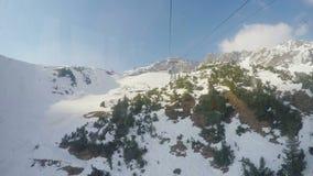 Πραγματικός - χρονική άποψη από cablecar την καμπίνα που κινείται πέρα από τα χιονώδη βουνά, ακραίος αθλητισμός φιλμ μικρού μήκους
