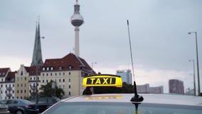 Πραγματικός - χρονικός πυροβολισμός του πύργου TV του Βερολίνου με το πρώτο πλάνο σημαδιών ταξί φιλμ μικρού μήκους