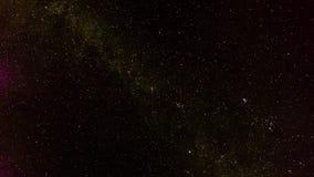 Πραγματικός - χρονικό σφάλμα του νυχτερινού ουρανού και του γαλακτωδών τρόπου και των σύννεφων που μπαίνουν κατά τη διάρκεια της  απόθεμα βίντεο