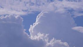 Πραγματικός - χρόνος με τα χνουδωτά και όμορφα σύννεφα στο μπλε ουρανό φιλμ μικρού μήκους