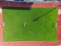 Πραγματικό γήπεδο ποδοσφαίρου - κορυφή κάτω από την εναέρια άποψη στοκ εικόνες