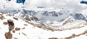 Πραγματικό πανόραμα τοπίων αιχμών χιονιού σειράς βουνών οροσειρών, ταξίδι της Βολιβίας Στοκ Φωτογραφία