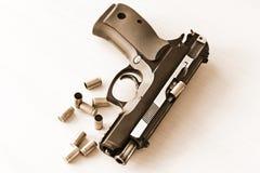 Πραγματικό πυροβόλο όπλο pistole 9mm χεριών που απομονώνονται Στοκ Φωτογραφίες
