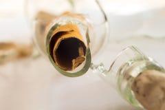 Πραγματικό σπασμένο πειρατής μήνυμα σε ένα μπουκάλι, που στρέφεται Vellum στο μέτωπο Στοκ Εικόνες
