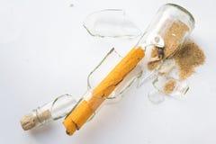Πραγματικό σπασμένο πειρατής μήνυμα σε ένα μπουκάλι Στοκ φωτογραφία με δικαίωμα ελεύθερης χρήσης