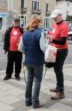 Πραγματοποιούντες εκστρατεία άδειας ψηφοφορίας που βλέπουν σε ένα μέλος του κοινού σε μια αγγλική πόλη Στοκ Εικόνες