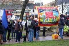 Πραγματοποιούντες εκστρατεία Μάρτιος μέσω του Μπράιτον, UK στη διαμαρτυρία ενάντια στις προγραμματισμένες περικοπές στις υπηρεσίε Στοκ φωτογραφίες με δικαίωμα ελεύθερης χρήσης