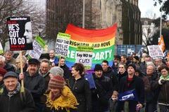 Πραγματοποιούντες εκστρατεία Μάρτιος μέσω του Μπράιτον, UK στη διαμαρτυρία ενάντια στις προγραμματισμένες περικοπές στις υπηρεσίε Στοκ Φωτογραφία