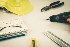 Πρακτικά εργαλεία επισκευής ατόμων κατασκευής στον πίνακα Στοκ Φωτογραφίες