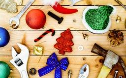 Πρακτικά εργαλεία με τη διακόσμηση Χριστουγέννων στο ξύλινο υπόβαθρο Copce Στοκ εικόνα με δικαίωμα ελεύθερης χρήσης