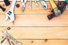 πρακτικά εργαλεία στο ξύλινο υπόβαθρο με το διάστημα αντιγράφων Στοκ Φωτογραφία