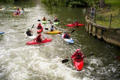 Πρακτική καγιάκ στο έκκεντρο ποταμών στοκ εικόνα με δικαίωμα ελεύθερης χρήσης