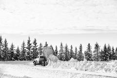 Πρακτική ντάμπινγκ ενός φορτίου του χιονιού Στοκ Φωτογραφίες