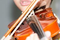 Πρακτική σπουδαστών που παίζει το βιολί στοκ εικόνες