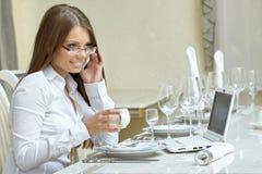 πρακτικό μεσημεριανό γεύμα ζητημάτων φλυτζανιών επιχειρησιακού καφέ που ανοίγουν Γοητευτική γυναίκα που εργάζεται στο γεύμα στοκ φωτογραφία με δικαίωμα ελεύθερης χρήσης