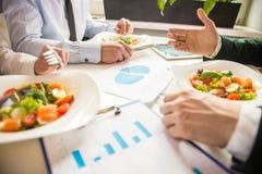 πρακτικό μεσημεριανό γεύμα ζητημάτων φλυτζανιών επιχειρησιακού καφέ που ανοίγουν Στοκ εικόνα με δικαίωμα ελεύθερης χρήσης
