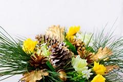 Πρασινάδα Χριστουγέννων με τους χρυσούς κώνους και τα κίτρινα τριαντάφυλλα μεταξιού Στοκ Εικόνες
