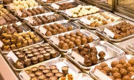 Πραλίνα σοκολάτας στην προθήκη Στοκ εικόνες με δικαίωμα ελεύθερης χρήσης