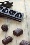 Πραλίνες με τις φόρμες σοκολάτας στο υπόβαθρο στοκ φωτογραφία με δικαίωμα ελεύθερης χρήσης
