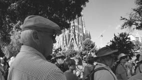 Πρεσβύτεροι που θαυμάζουν Sagrada Familia στη Βαρκελώνη Ισπανία απόθεμα βίντεο