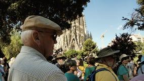 Πρεσβύτεροι που θαυμάζουν Sagrada Familia στη Βαρκελώνη Ισπανία φιλμ μικρού μήκους