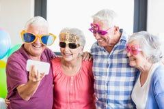 Πρεσβύτεροι που παίρνουν ένα selfie με τα αστεία γυαλιά Στοκ φωτογραφίες με δικαίωμα ελεύθερης χρήσης