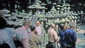 1973: Πρεσβύτεροι που περιοδεύουν καταστροφές νοτιοανατολικών τις ασιατικές αρχαίες ναών απόθεμα βίντεο