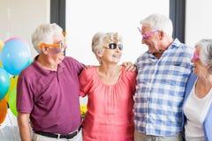 Πρεσβύτεροι που φορούν τα αστεία γυαλιά Στοκ Εικόνες