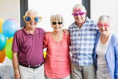 Πρεσβύτεροι που φορούν τα αστεία γυαλιά Στοκ φωτογραφία με δικαίωμα ελεύθερης χρήσης