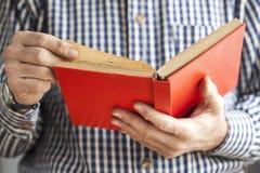 πρεσβύτερος ανάγνωσης α&ta Στοκ εικόνα με δικαίωμα ελεύθερης χρήσης